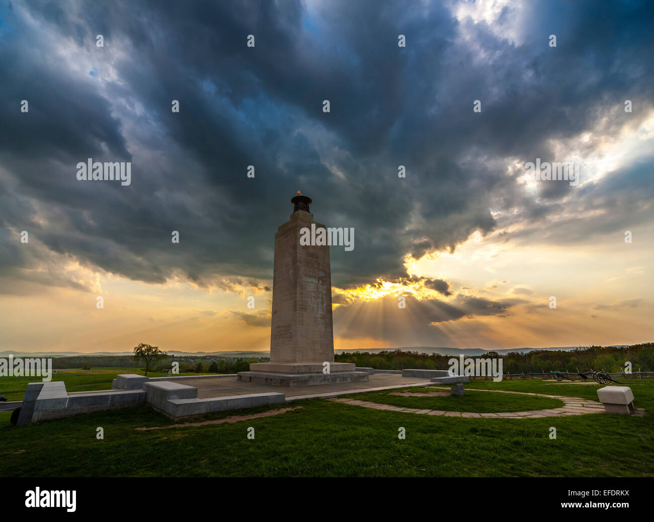 https://c7.alamy.com/comp/EFDRKX/gettysburg-eternal-light-peace-memorial-on-the-gettysburg-battlefield-EFDRKX.jpg