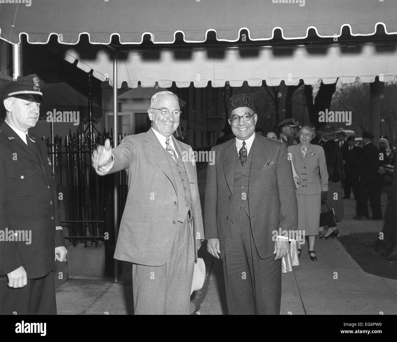 President Harry Truman and Prime Minister Liaquat Ali Khan of Pakistan in Washington, D.C. In background is First - Stock Image