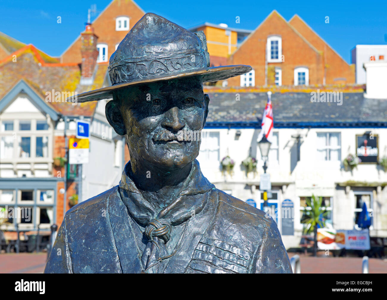 statue-of-lord-baden-powell-on-the-quayside-at-poole-dorset-england-EGCBJH.jpg