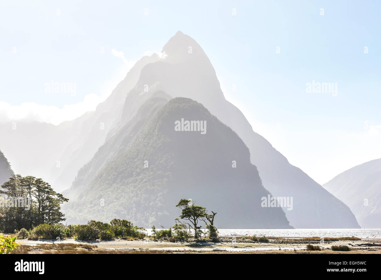 https://c7.alamy.com/comp/EGH5WC/new-zealand-milford-sound-with-mitre-peak-in-fiordland-national-park-EGH5WC.jpg