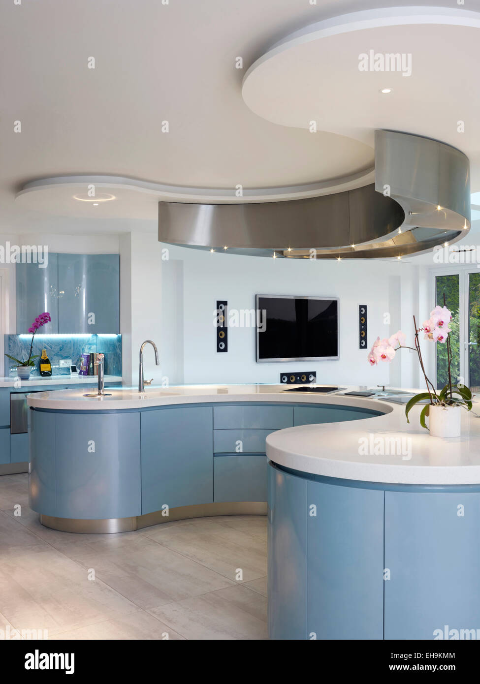 Blue and white curved breakfast bar/island in modern kitchen of ...