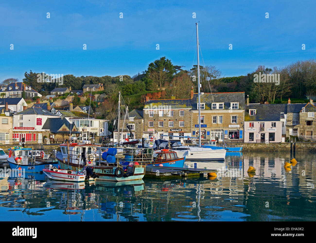 boats-in-the-harbour-padstow-cornwall-england-uk-EHA3K2.jpg