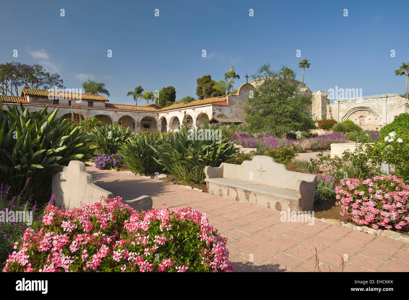 FLOWERS GARDENS GREAT STONE CHURCH RUINS MISSION SAN JUAN CAPISTRANO ORANGE COUNTY CALIFORNIA USA Stock Photo