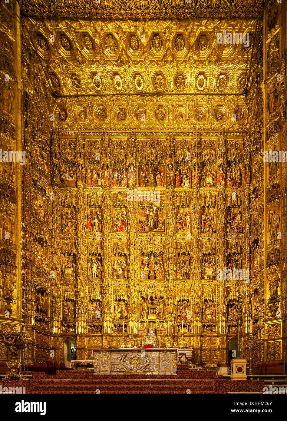 https://c7.alamy.com/comp/EHM26Y/the-largest-altarpiece-retablo-reredos-of-the-world-in-seville-cathedral-EHM26Y.jpg