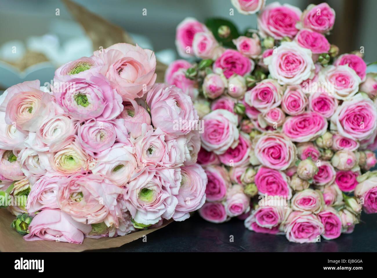 Bouquet of pink ranunculus and Mimi Eden spray roses in Paris apartment - Stock Image