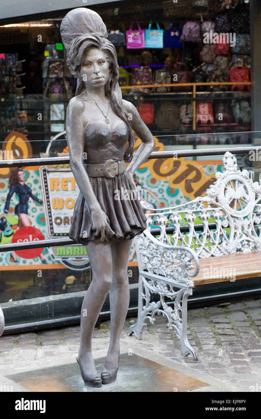 life-size-bronze-statue-of-singer-amy-winehouse-in-camden-london-EJP8PY.jpg