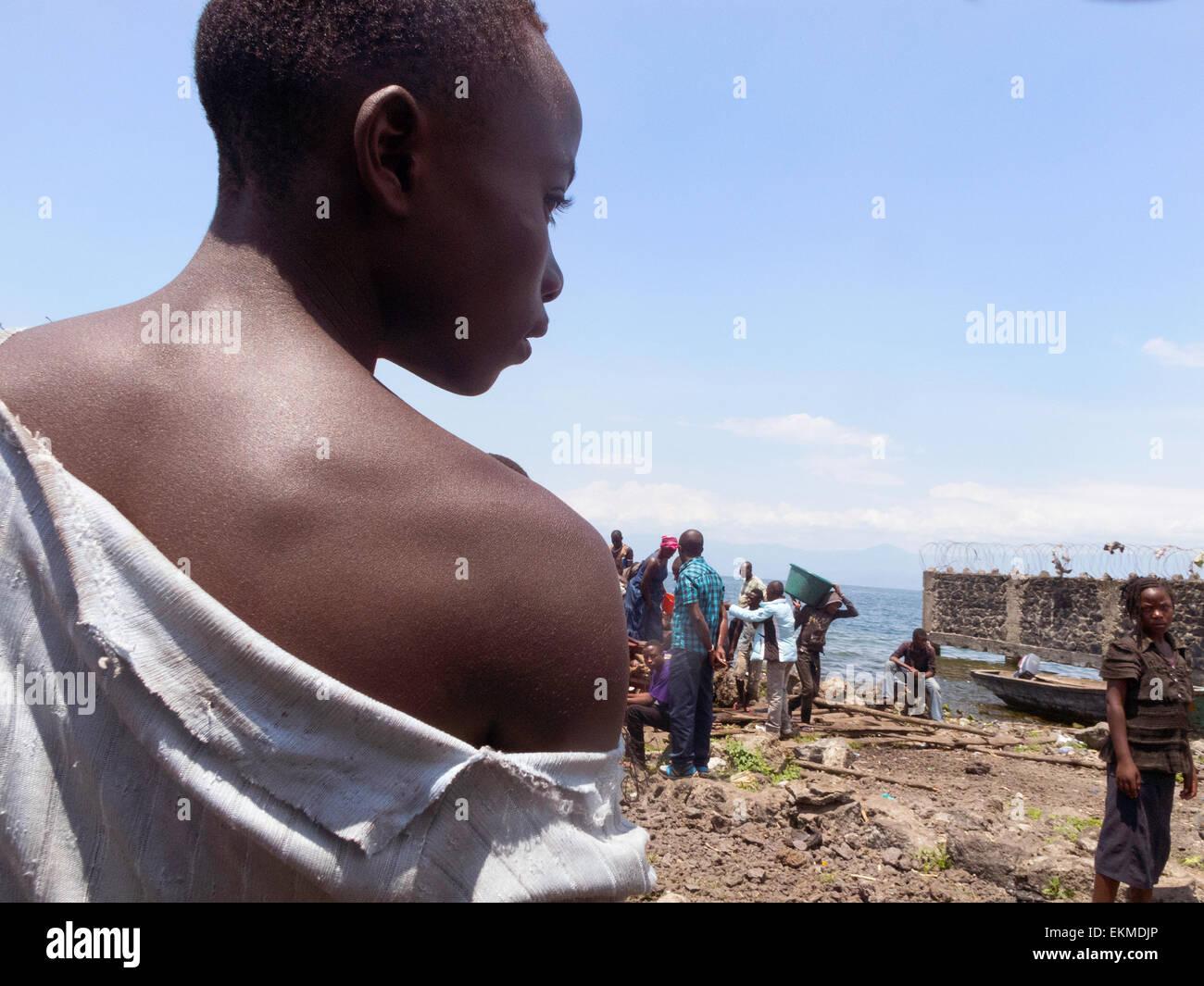 an-african-congolese-woman-on-the-shore-of-lake-kivu-at-goma-democratic-EKMDJP.jpg