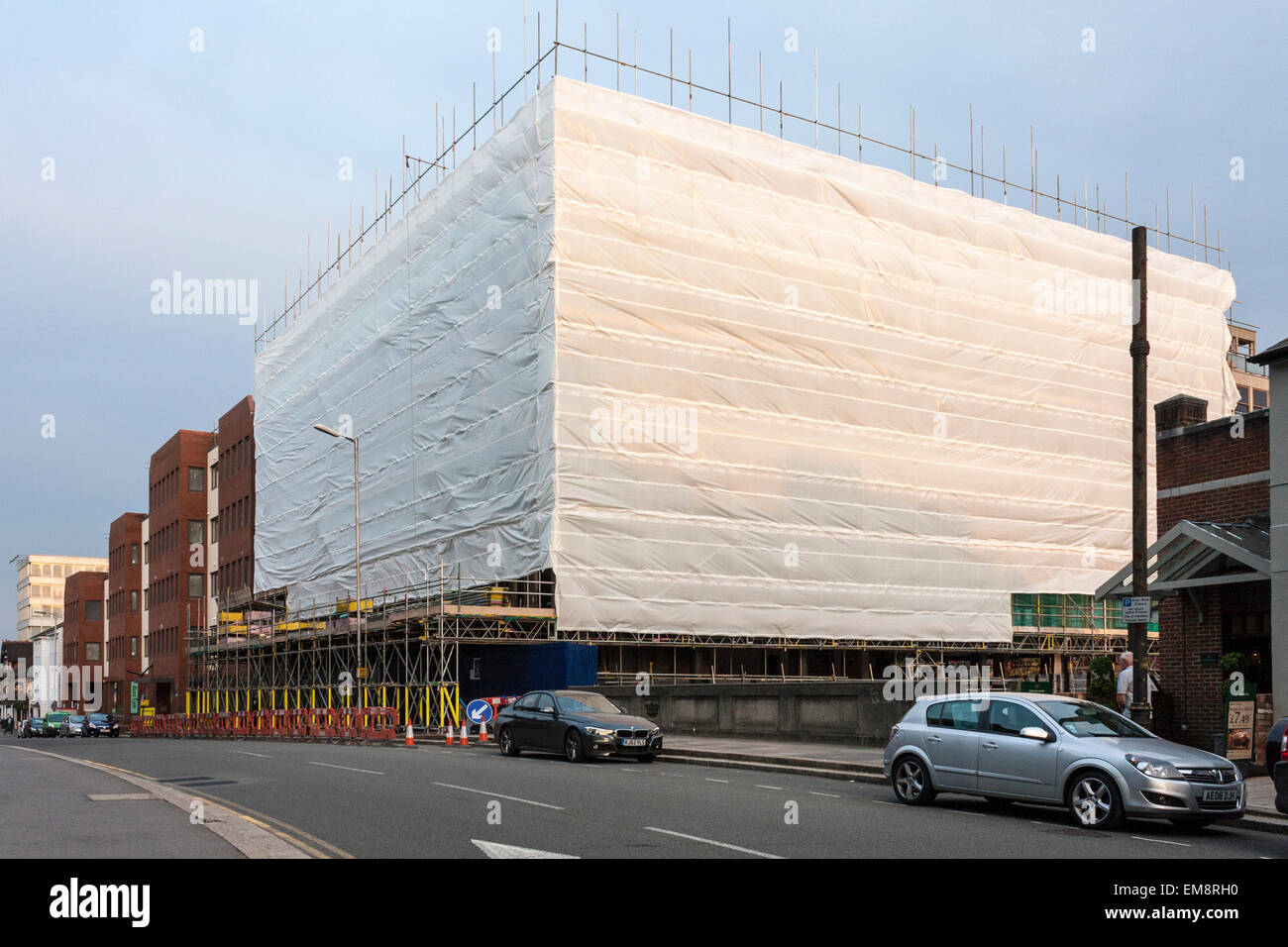 https://c7.alamy.com/comp/EM8RH0/protective-plastic-sheeting-on-scaffolding-EM8RH0.jpg