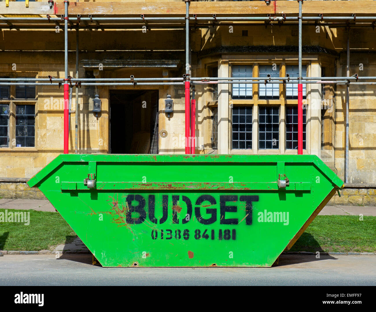 rubbish-skip-outside-house-in-chipping-campden-being-renovated-gloucestershire-EMFF97.jpg