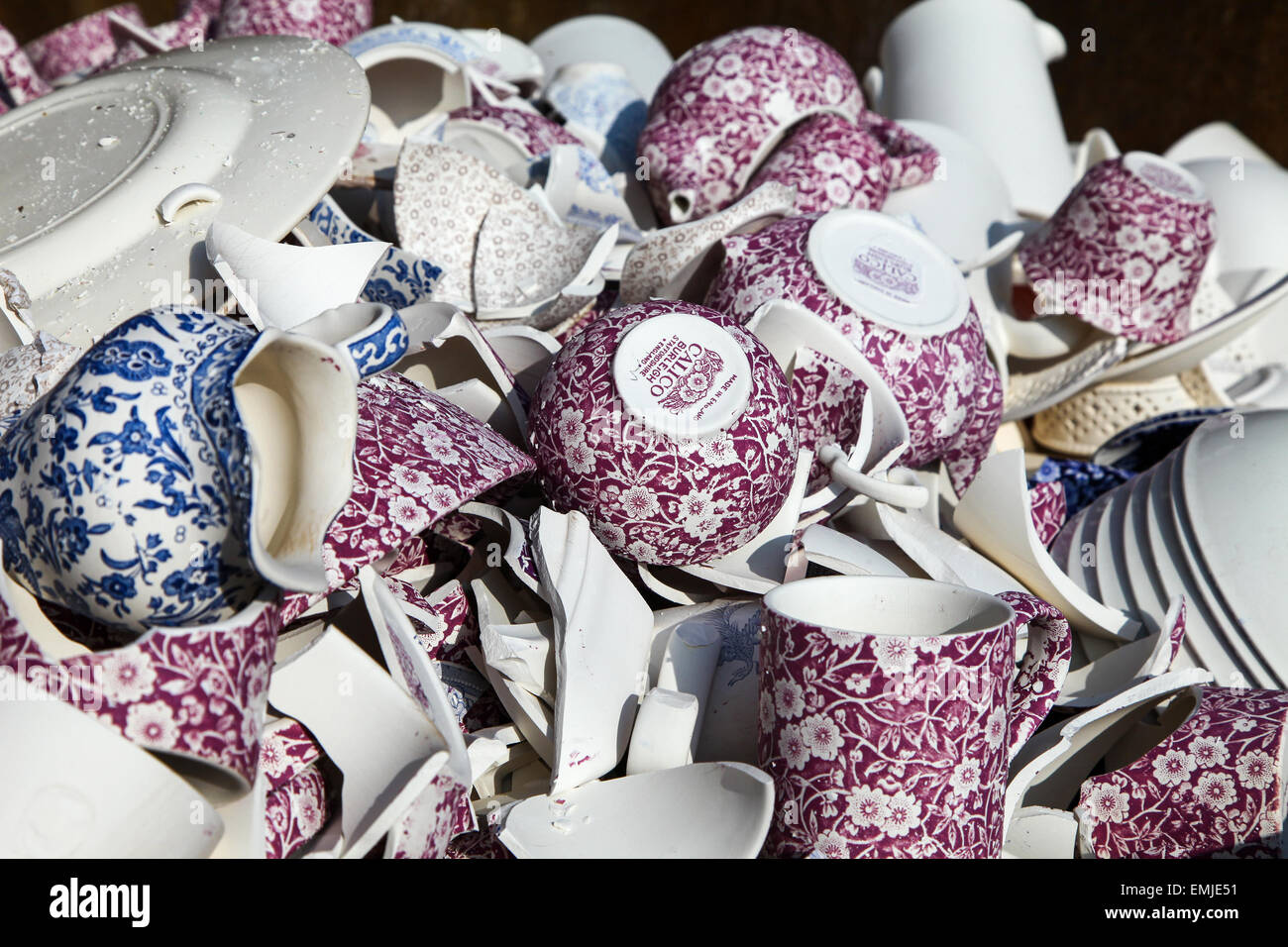 broken-rejected-pottery-at-burleigh-middleport-pottery-factory-stoke-EMJE51.jpg