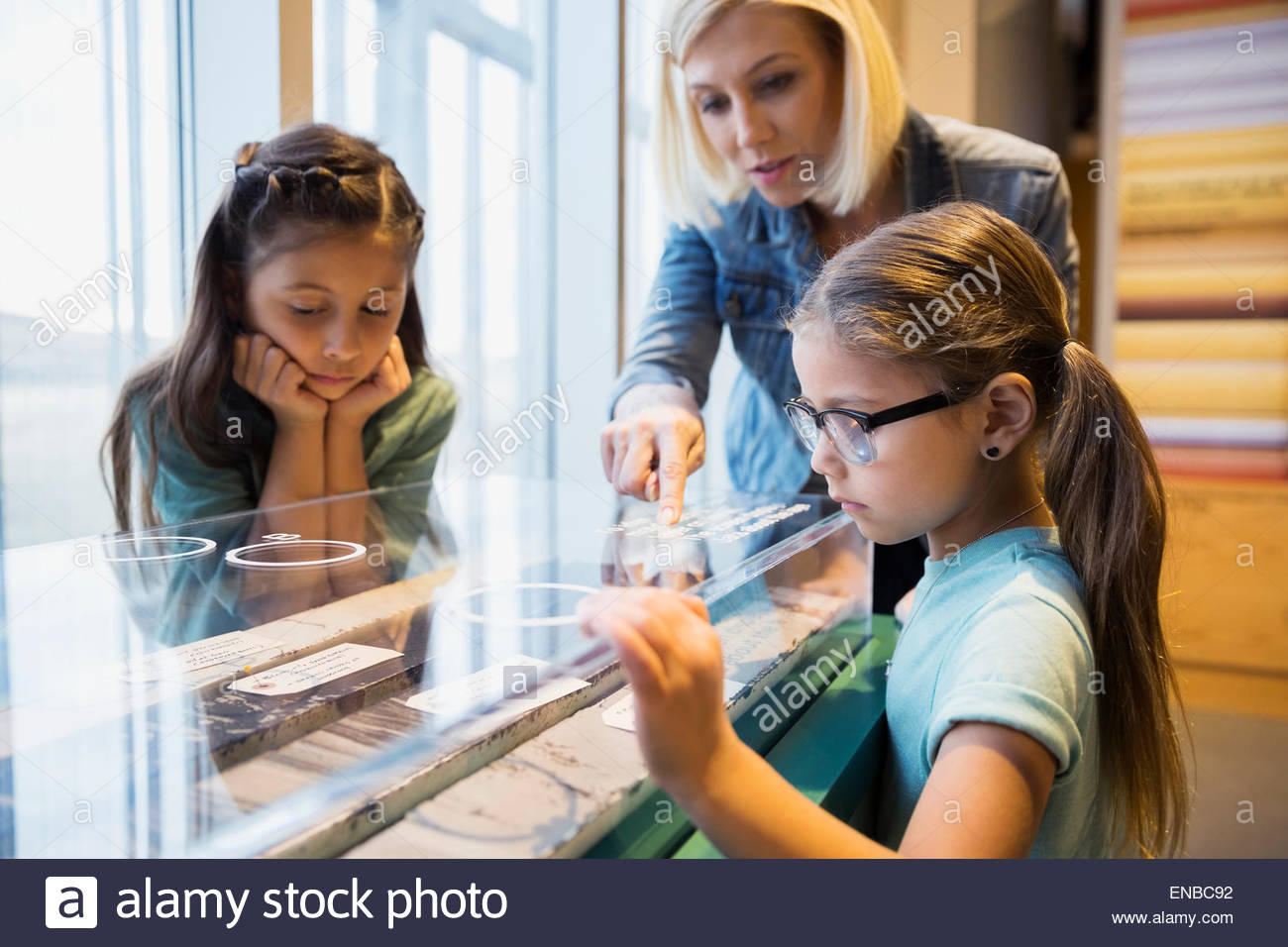 Family looking at geology display at science center - Stock Image