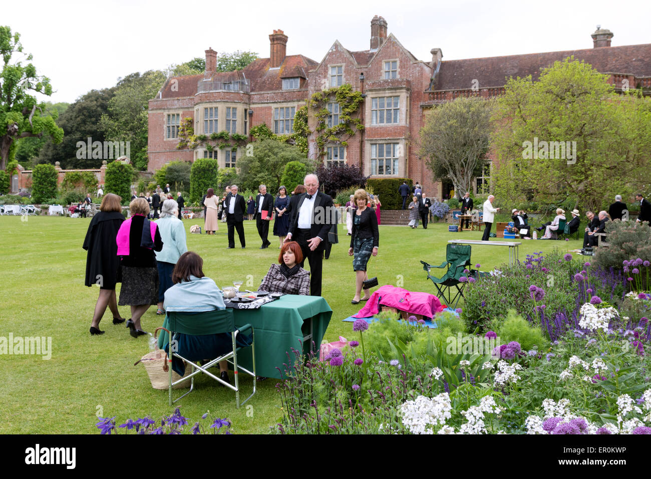 Opera UK: People having a picnic at the Glyndebourne Opera festival with the house in the background, Glyndebourne, Stock Photo