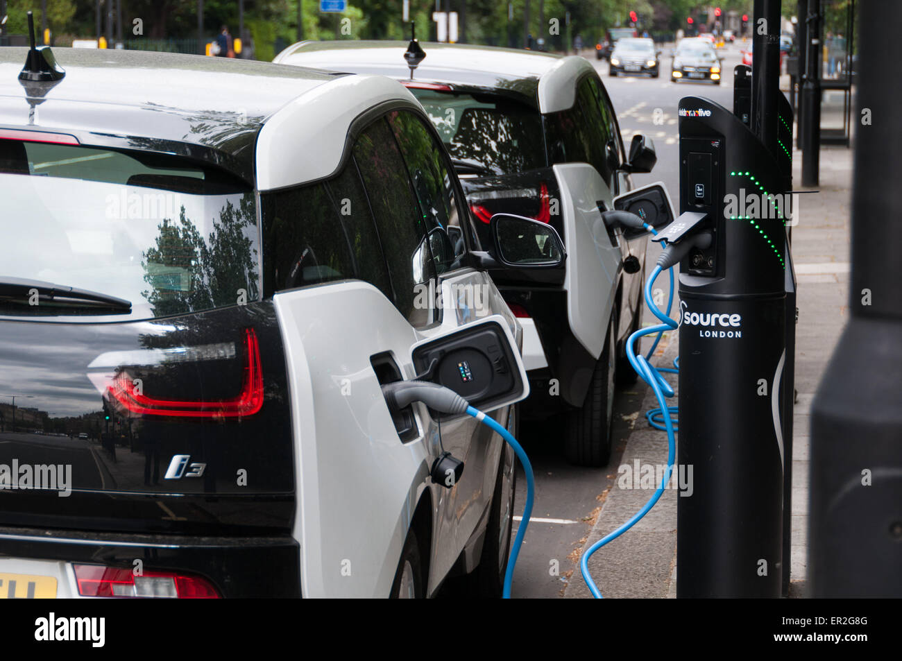 electric-bmw-i3-cars-plugged-into-electric-charging-bays-in-london-ER2G8G.jpg
