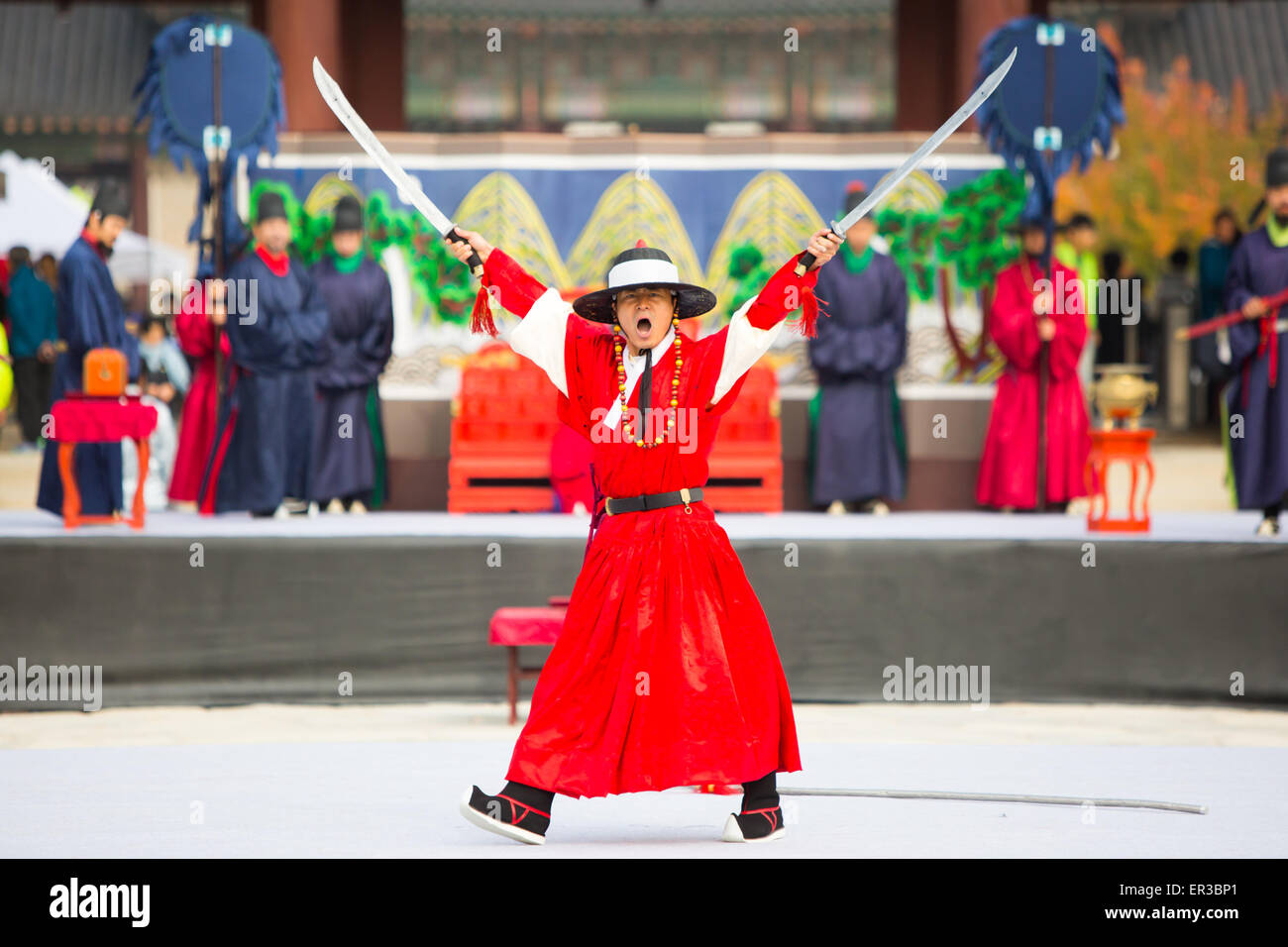 SEOUL, SOUTH KOREA - October 25, 2014 : The changing of the guard demonstration at Gyeongbokgung Palace on October - Stock Image