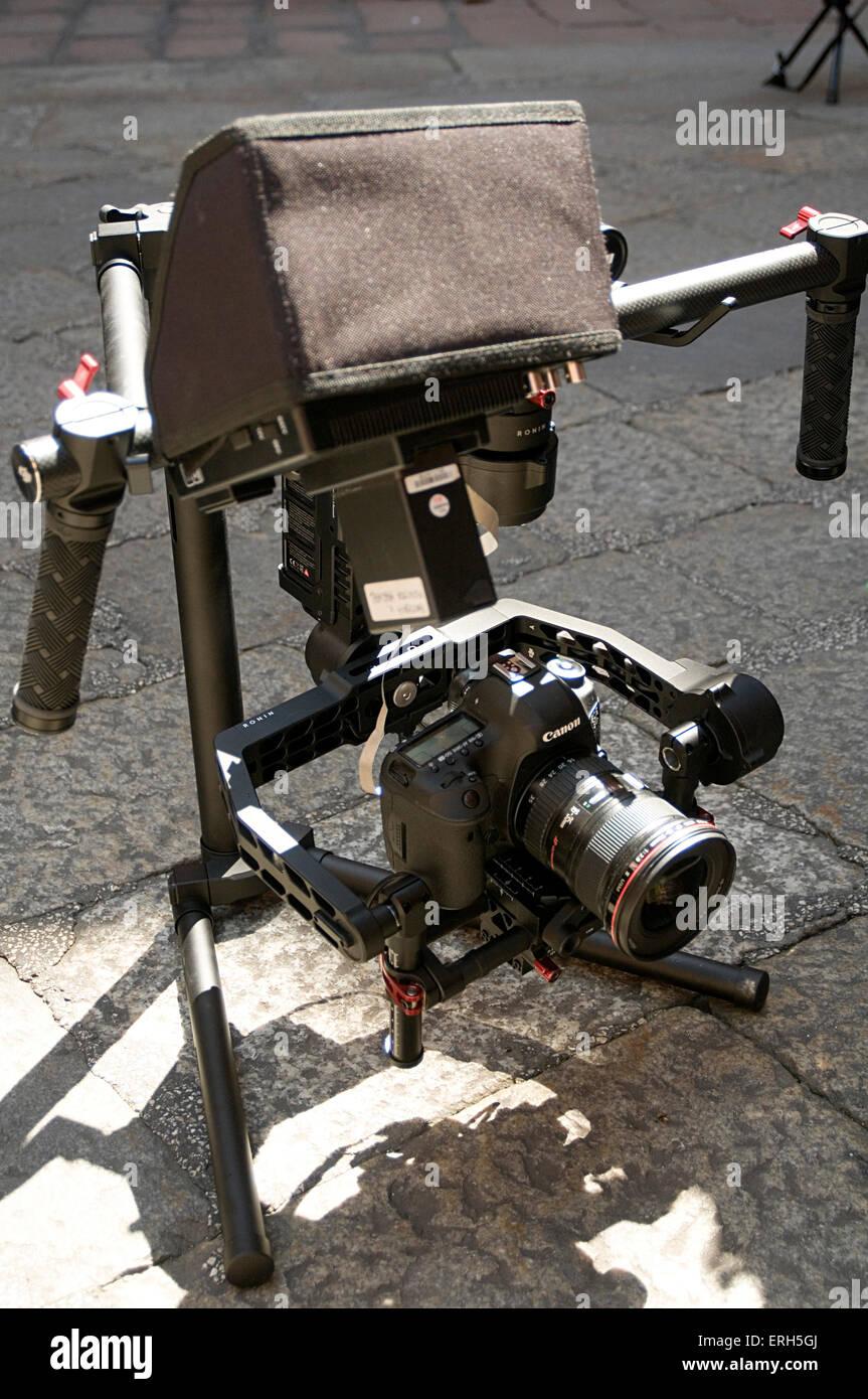 dslr camera rig video cameras still stills film filming slr canon movie making cameraman steady cam steadycam operator - Stock Image