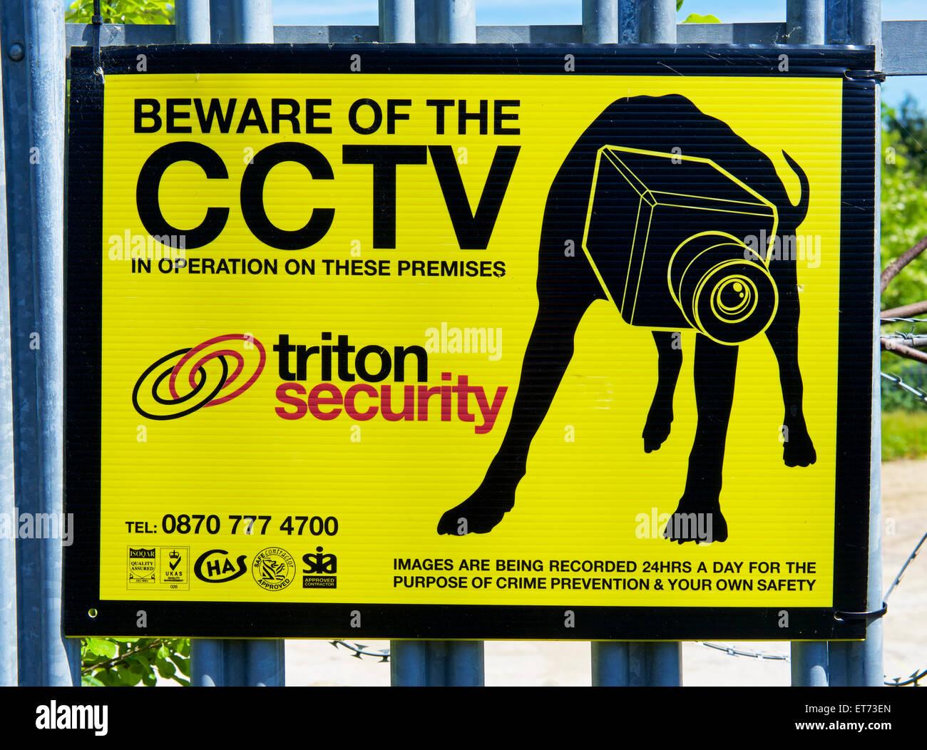 sign-on-property-warning-of-cctv-cameras-england-uk-ET73EN.jpg
