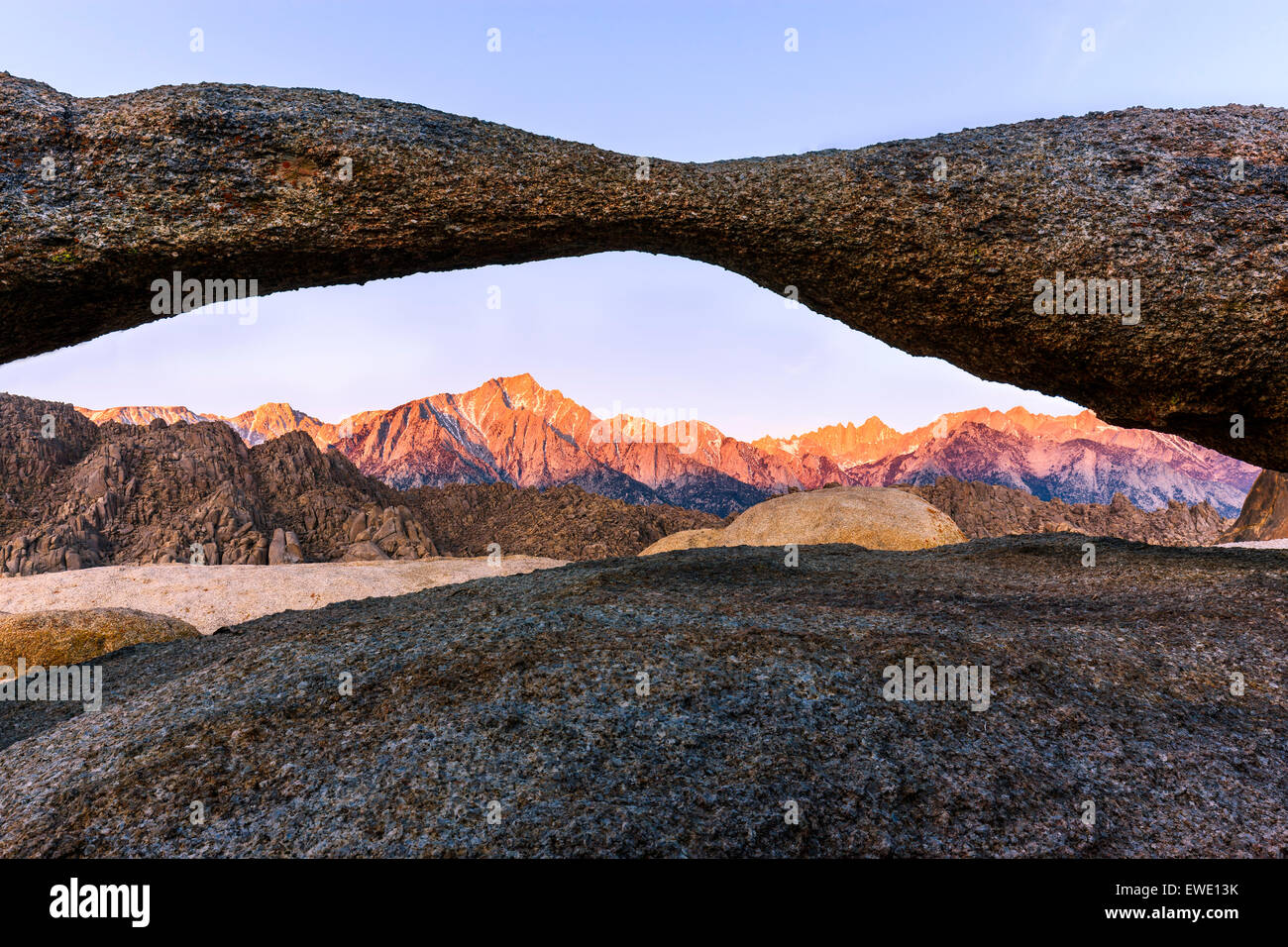 Sunrise at Lathe Arch in the Alabama Hills with the view towards the Sierra Nevada, California, USA. - Stock Image