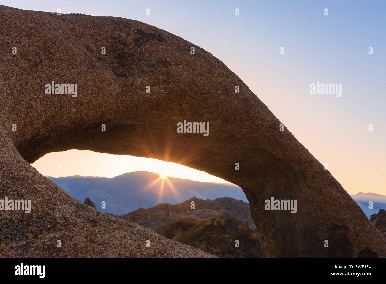 Sunrise at Mobius Arch in the Alabama Hills with the view towards the Sierra Nevada, California, USA. - Stock Image