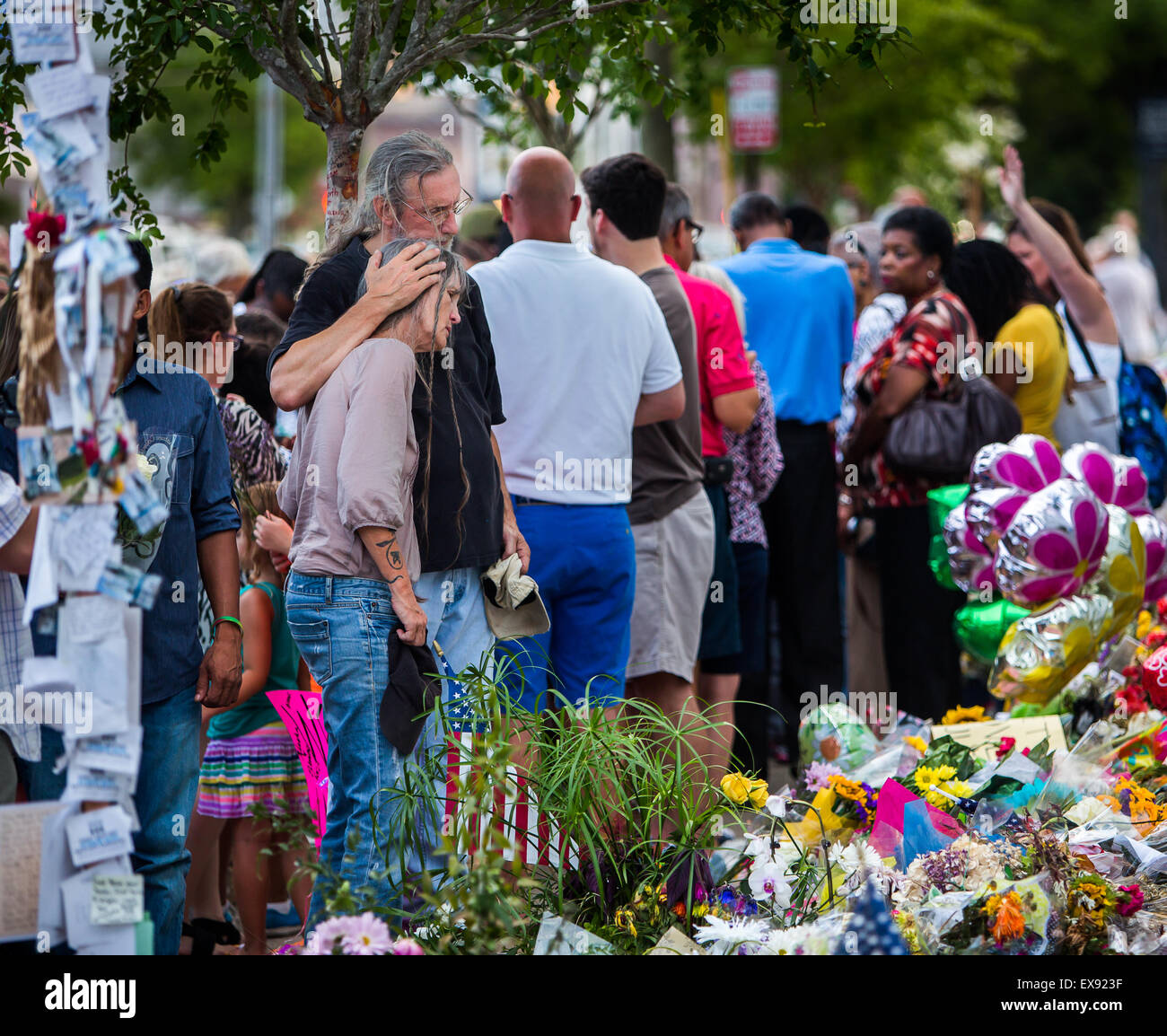 Mourners pay their respect at the memorial that sprung up in front of Emanuel AME Church on Calhoun St. - Stock Image