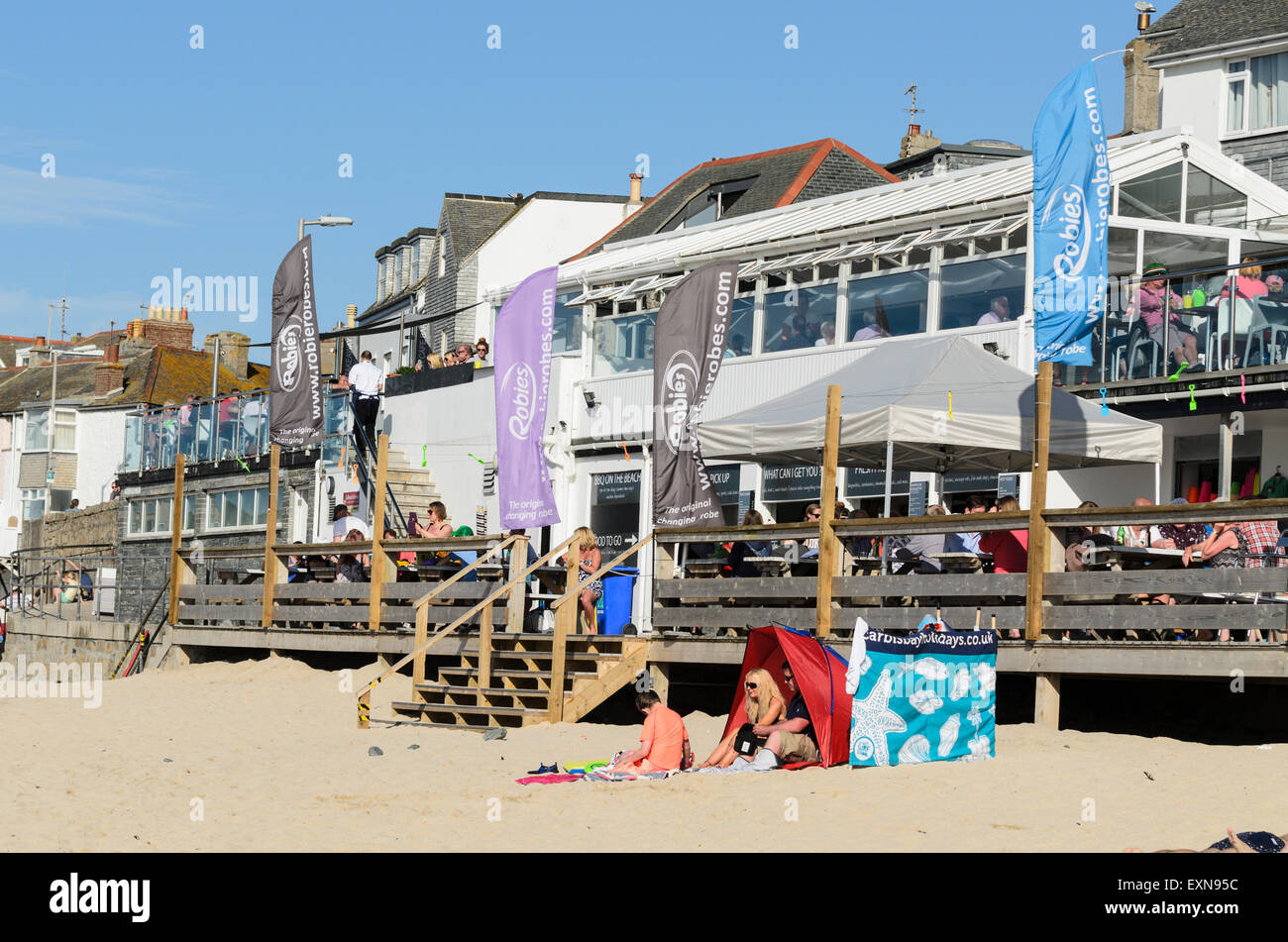 Porthmeor Beach Cafe, a popular venue for food and drink on Porthmeor Beach, St Ives, Cornwall, England, U.K. - Stock Image