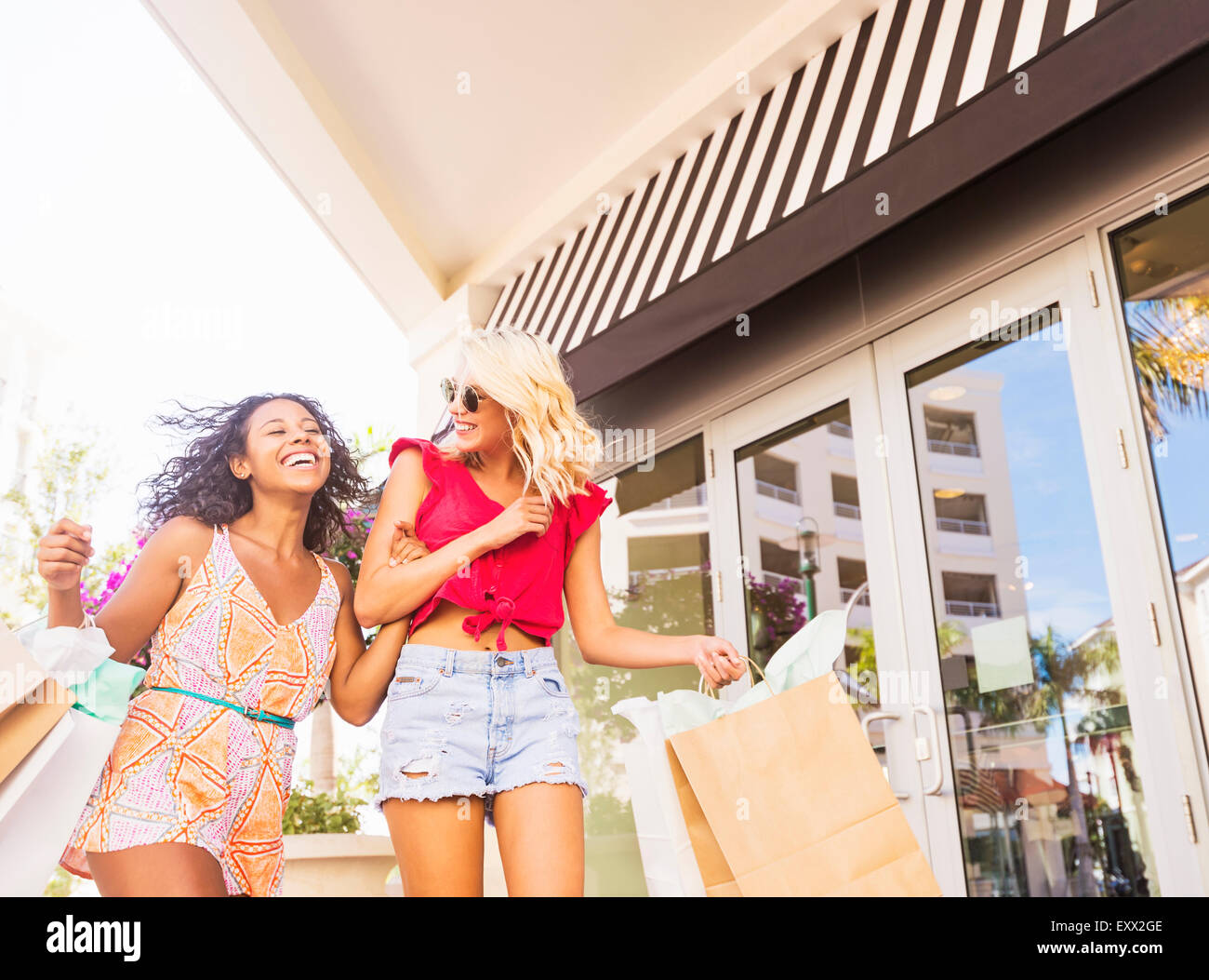 Female friends shopping - Stock Image