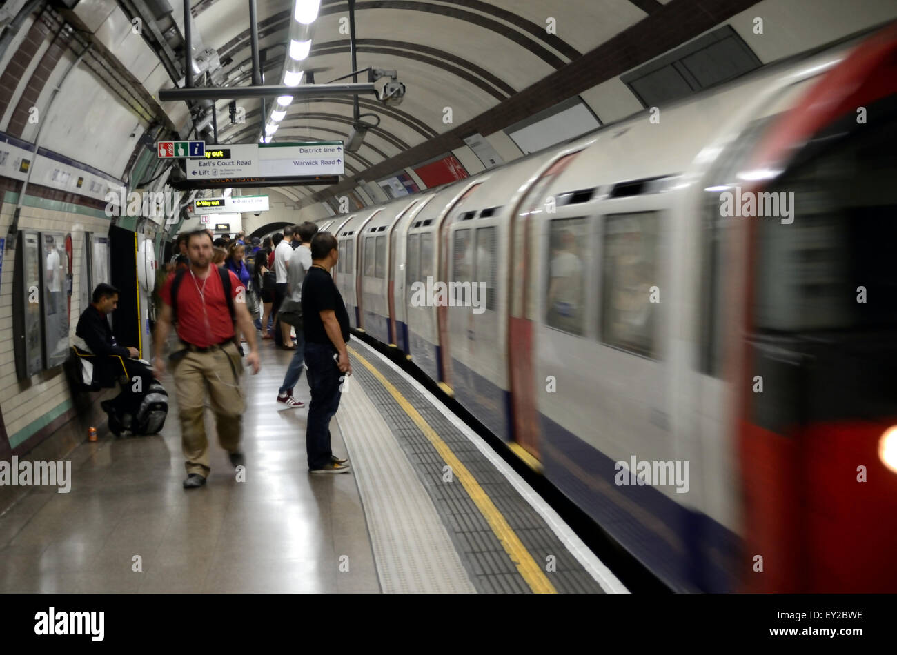 a-piccadily-line-train-arrives-at-earls-court-london-underground-station-EY2BWE.jpg