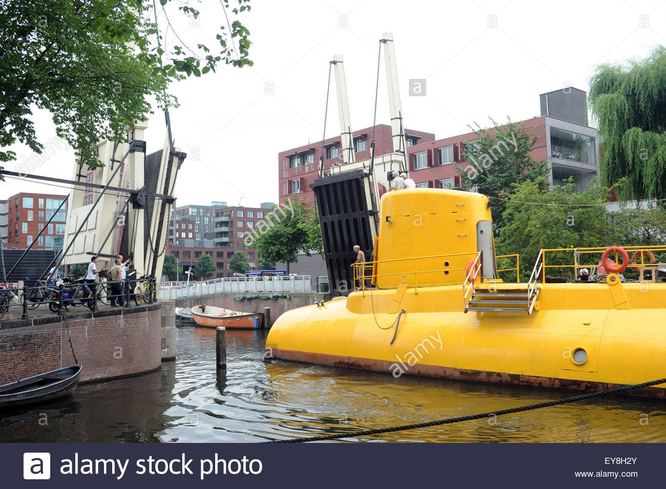 amsterdam-the-netherlands-24th-july-2015-visitors-to-amsterdam-could-EY8H2Y.jpg