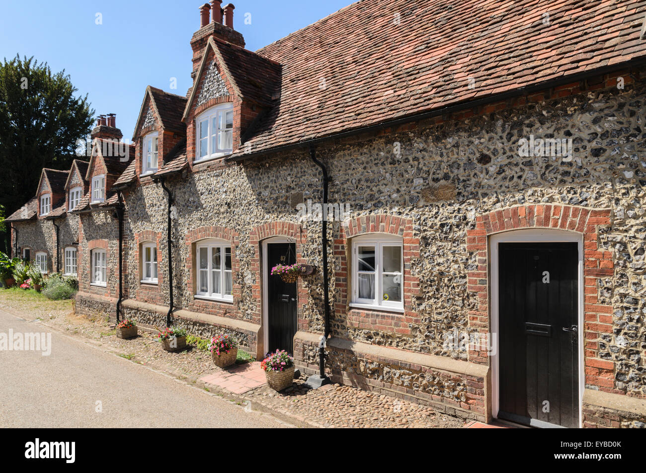 A row of cottages at Coombe Terrace, Hambleden, Buckinghamshire, England, UK. - Stock Image