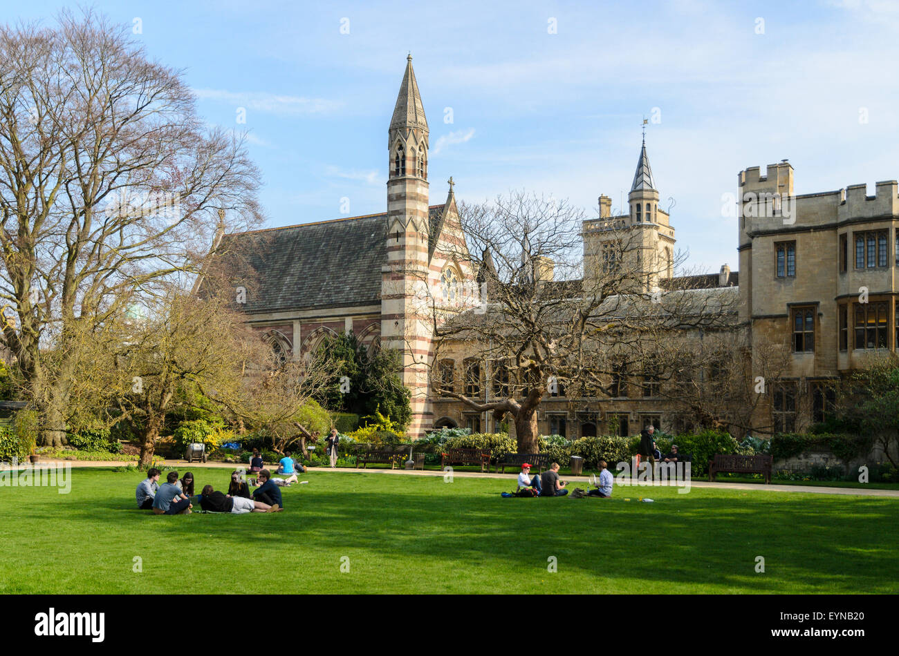 Students relaxing in the Garden Quadrangle, Balliol College, University of Oxford, Oxford, England, UK. - Stock Image