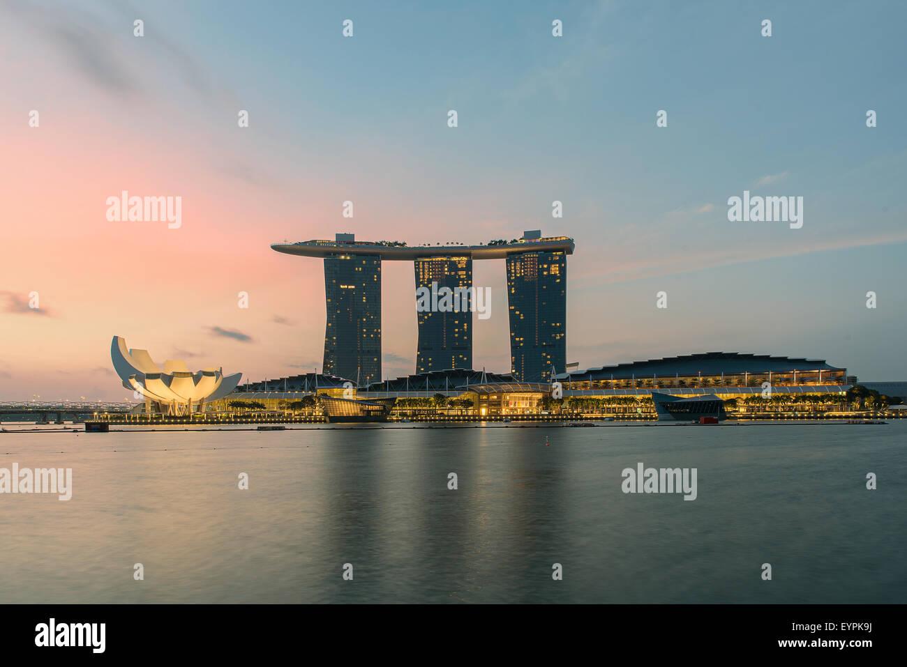 Singapore city skyline at night - Stock Image