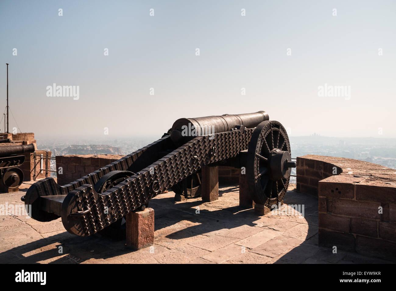 Cannon on the battlements of the Mehrangarh Fort, Meherangarh, Jodhpur, Rajasthan, India - Stock Image