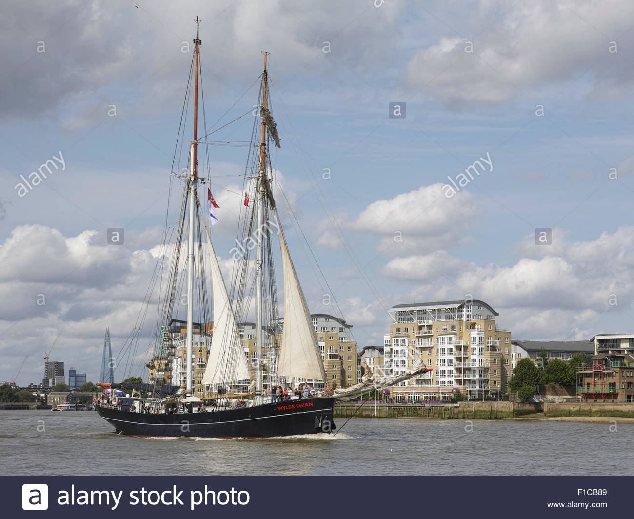 historic-topsail-schooner-wylde-swan-passes-the-isle-of-dogs-during-F1CB89.jpg