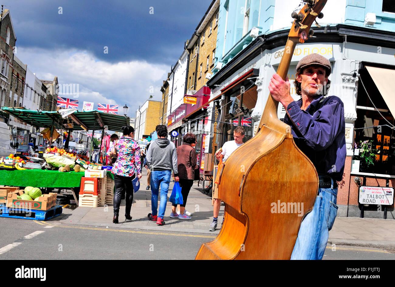 london-england-uk-portobello-road-busker-playing-the-double-bass-F1JTTJ.jpg