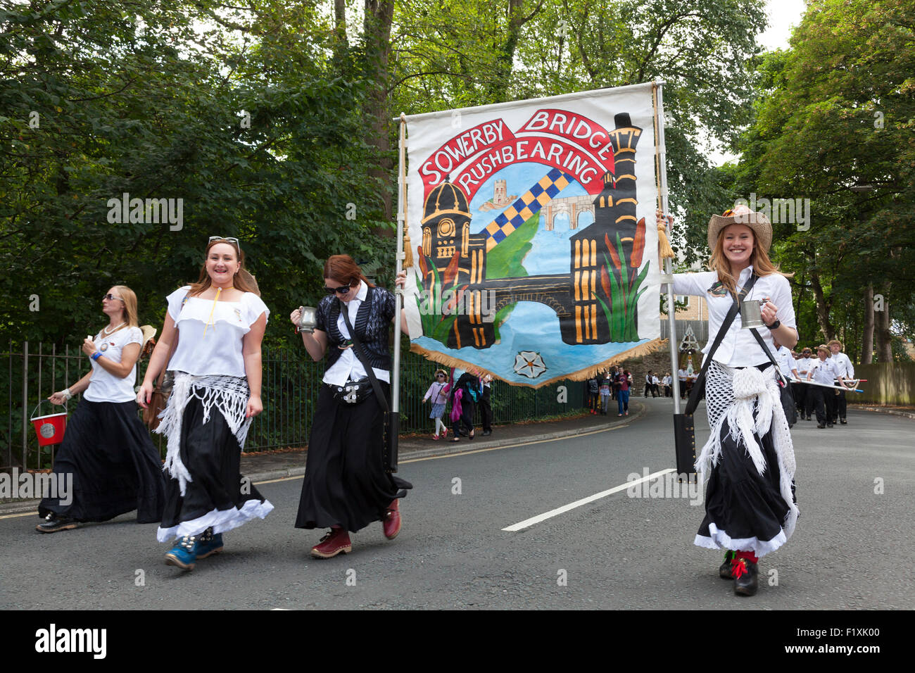 rushbearing-festival-procession-sowerby-bridge-west-yorkshire-F1XK00.jpg