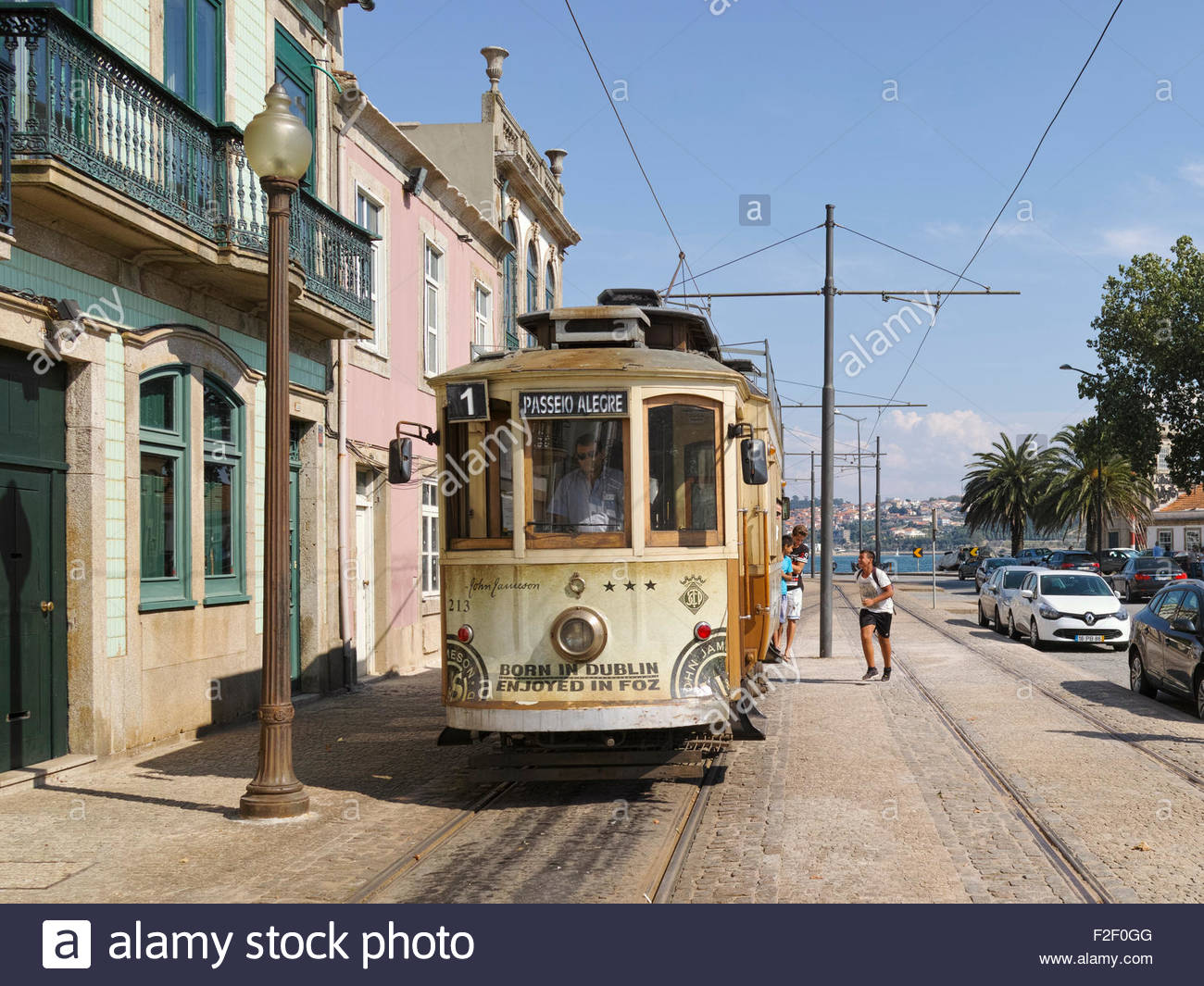 tram-number-1-arriving-at-passeio-allegre-the-stop-for-foz-do-douro-F2F0GG.jpg