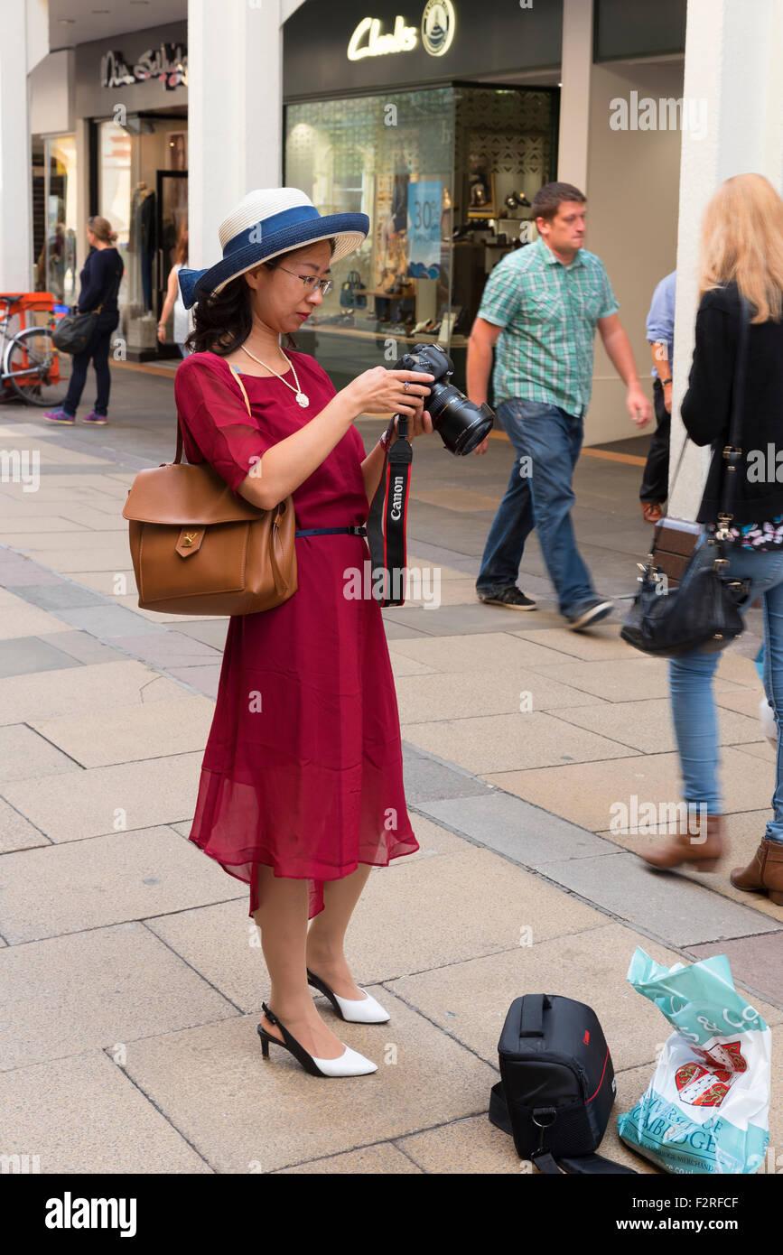 oriental-lady-photographer-in-petty-cury-cambridge-cambridgeshire-F2RFCF.jpg