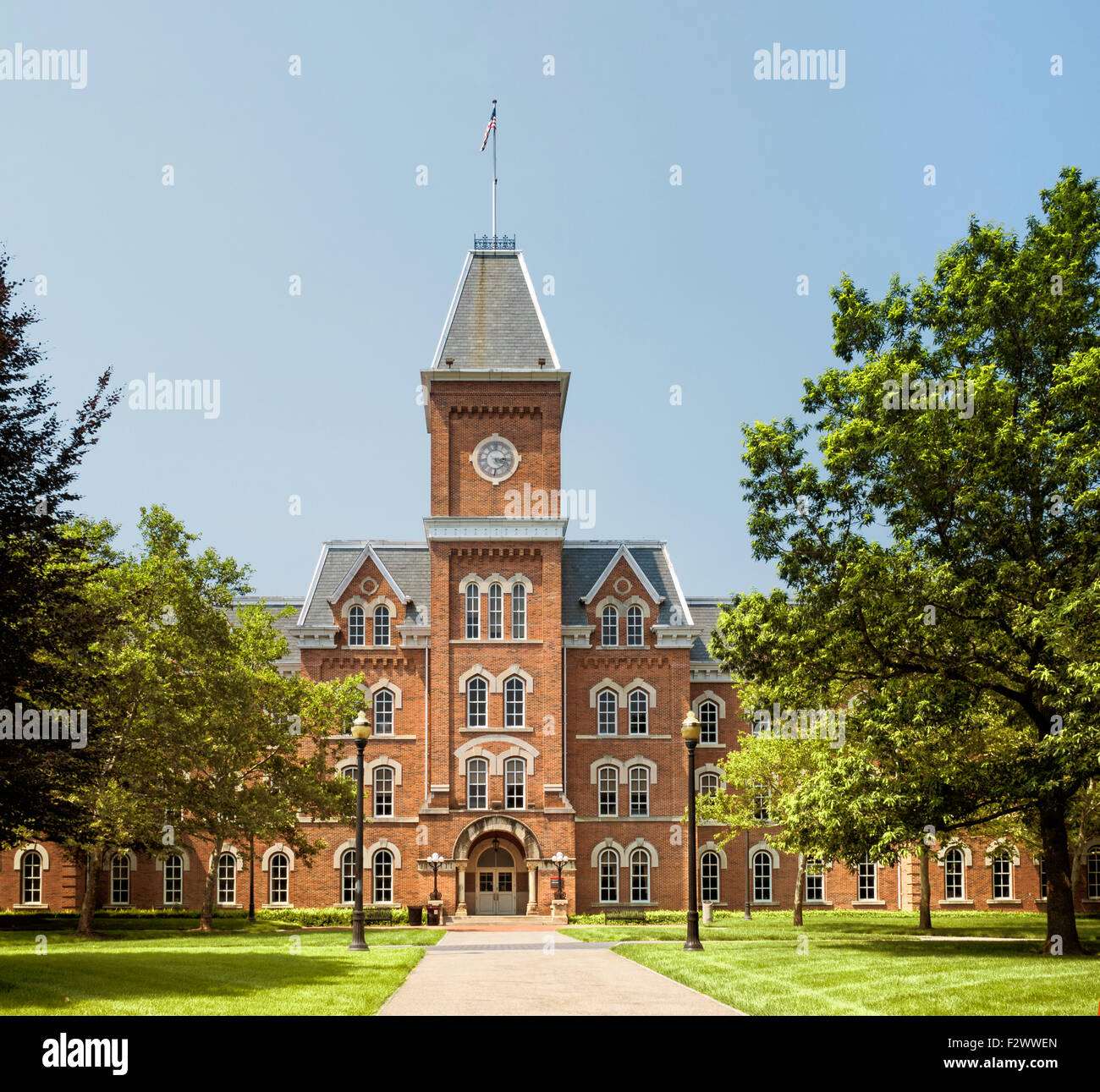 university-hall-the-ohio-state-university-columbus-ohio-with-the-american-F2WWEN.jpg