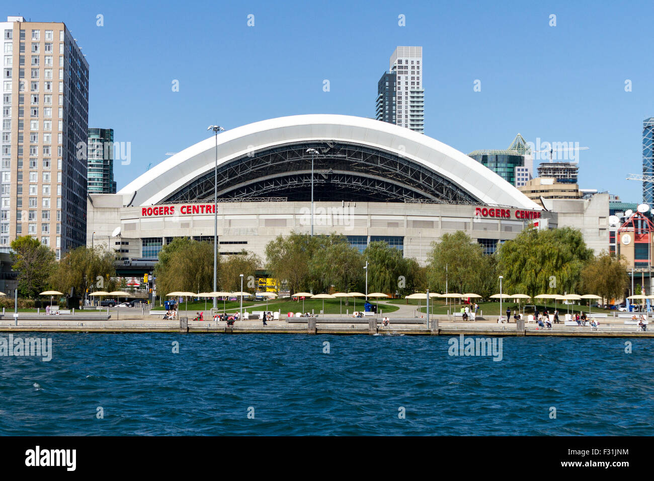 rogers-centre-sports-stadum-with-retractable-roof-along-toronto-city-F31JNM.jpg