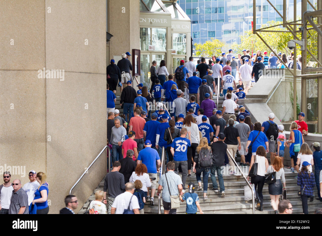 toronto-blue-jays-baseball-fans-head-to-the-rogers-centre-to-watch-F32WY2.jpg