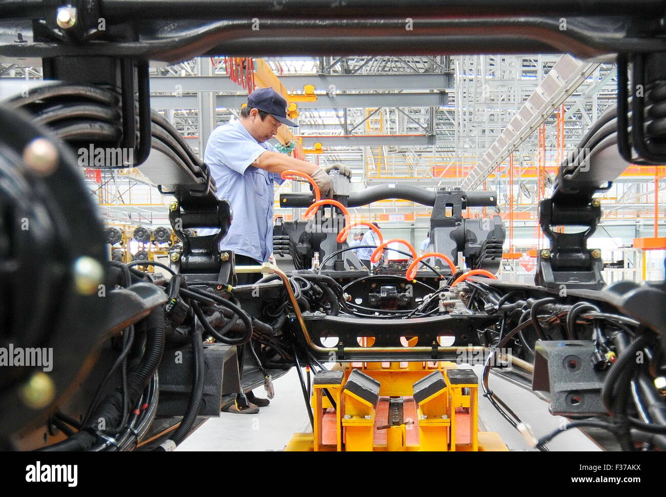 (151001) -- XINGTAI, Oct. 1, 2015 (Xinhua) -- Workers install a heavy truck at a production base of Aviation Industry - Stock Image