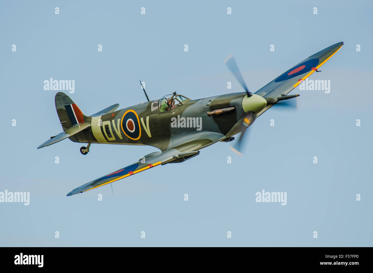 spitfire-v-ee602-flying-at-an-airshow-flown-by-pete-kynsey-second-F37FP0.jpg