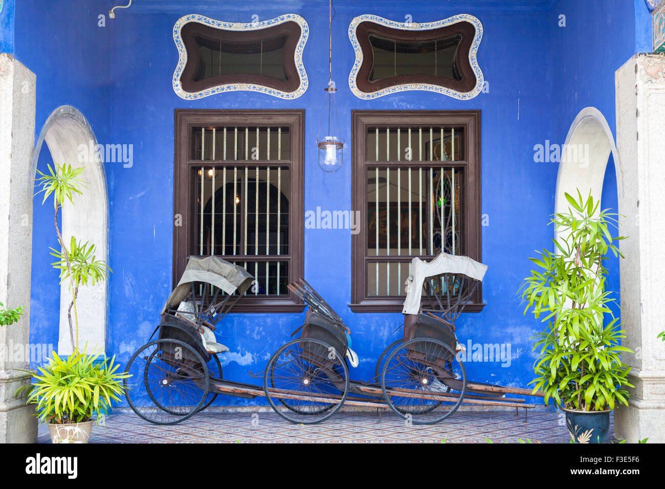 Georgetown, Malaysia — 04 August, 2014: Old rickshaw tricycle near Fatt Tze Mansion or Blue Mansion Stock Photo