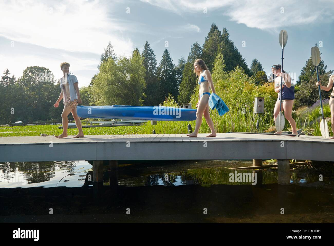 Friends going canoeing in lake, Seattle, Washington, USA - Stock Image