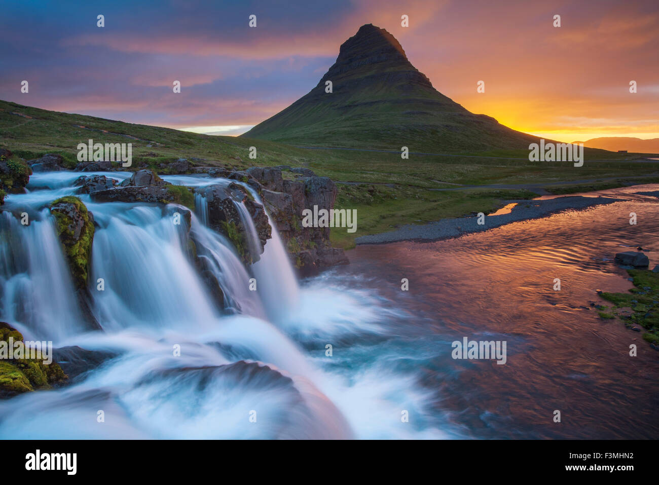 Dawn over Kirkjufell mountain and waterfall, Grundarfjordur, Snaefellsnes Peninsula, Vesturland, Iceland. - Stock Image
