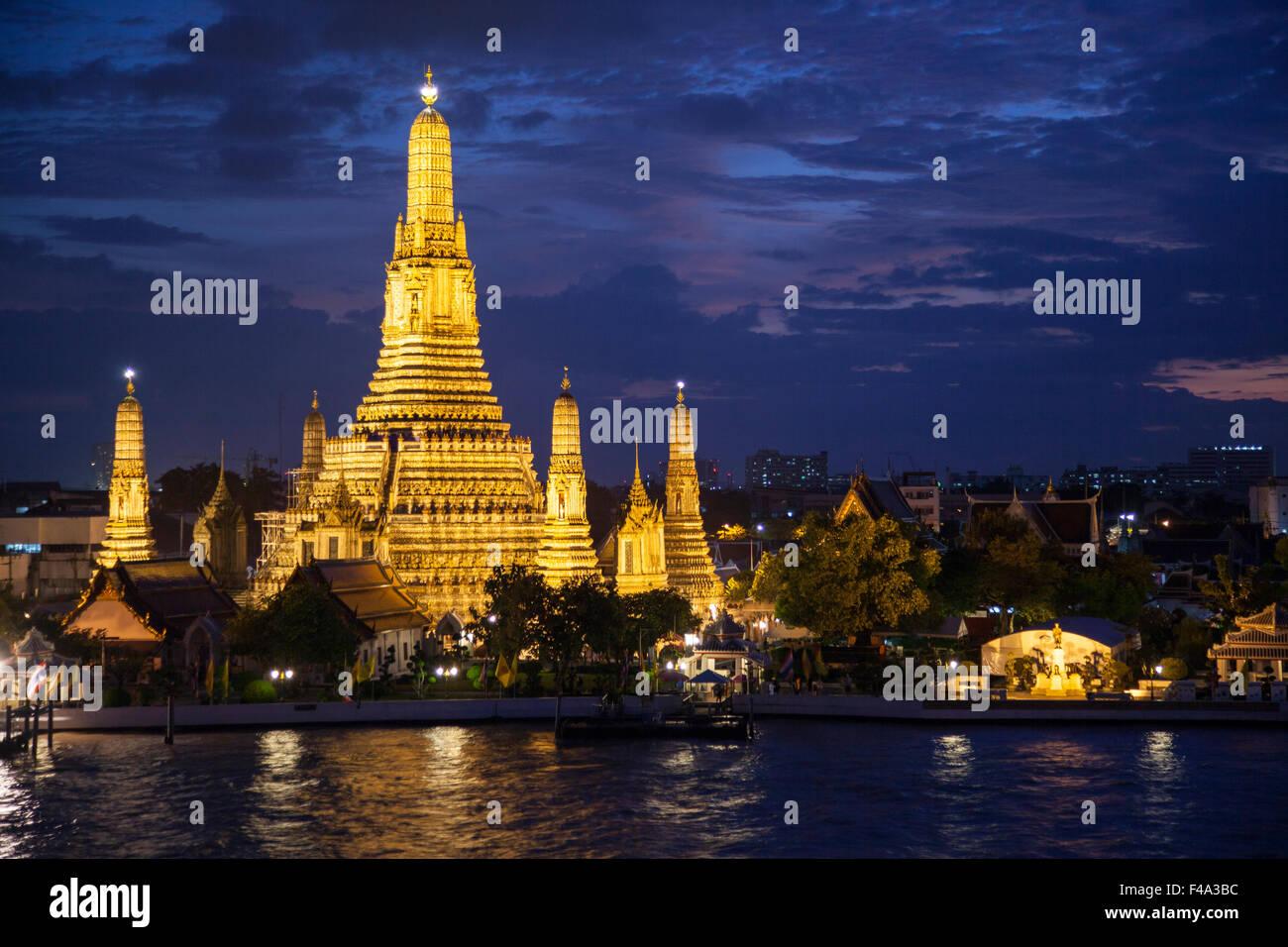Thailand, Bangkok, night view of Wat Arun, Temple of Dawn and the Chao Phraya River - Stock Image