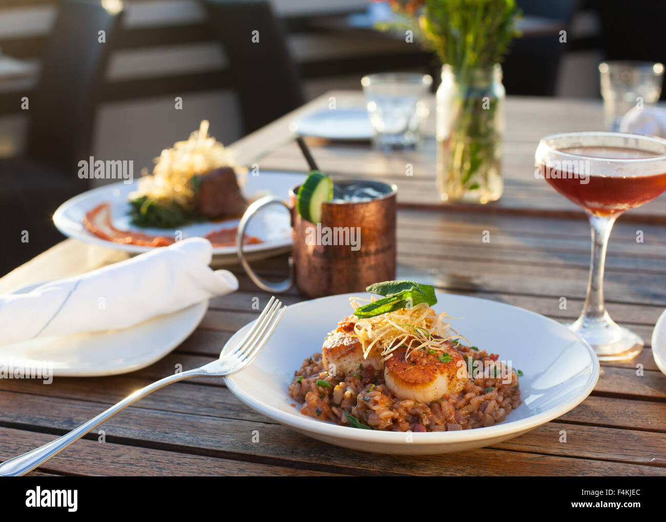 Al fresco dining with cocktails - Stock Image