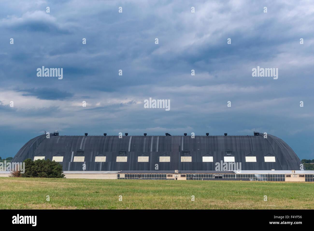 https://c7.alamy.com/comp/F4YF56/akron-ohio-blimp-hangar-originally-goodyear-zeppelin-airdock-now-owned-F4YF56.jpg