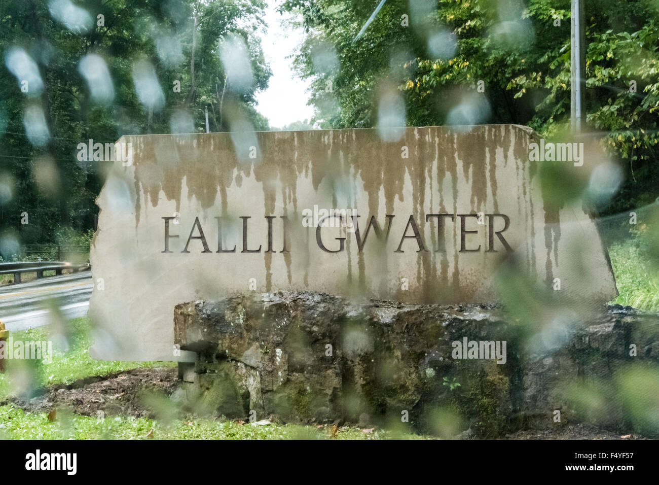https://c7.alamy.com/comp/F4YF57/fallingwater-road-sign-in-the-rain-F4YF57.jpg