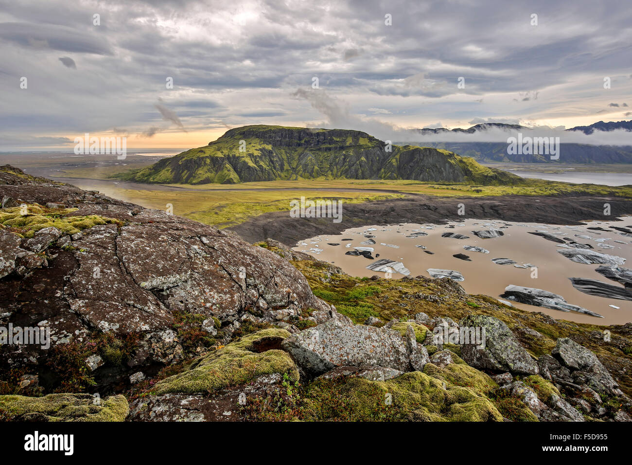 Svinafellsfjall mountain and icebergs on glacier lagoon, terminus of Hoffellsjokul Glacier, Iceland - Stock Image