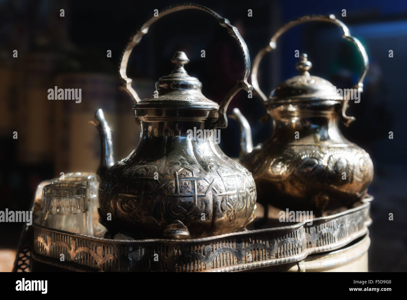Traditional Moroccan teapot with glasses in a tea tray. Medina of Marrakesh, Morocco. - Stock Image